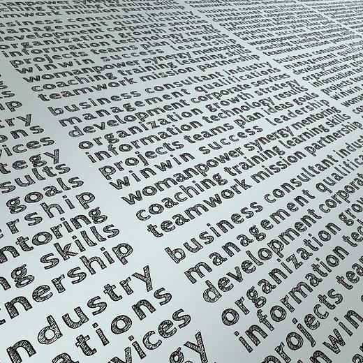 Forskellige engelske ord på hvid baggrund i 3 kolonner set skråt fra