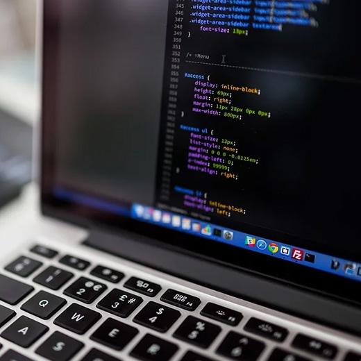 Billede af computerskærm med kode til søgeordsoptimering