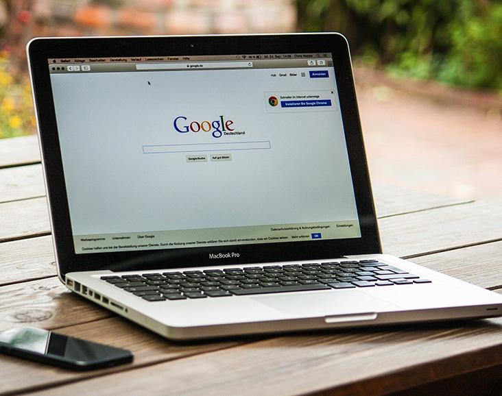 Bærbar computer med Googles forside som visning